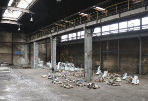 Zum Teil nutzen Mieter die leerstehenden Hallen als Stellplätze für Maschinen und Material. Das soll zunächst auch so bleiben. (Foto: © Bastian Glumm)