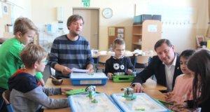 Die Kinder der Grundschule Bogenstraße in Ohligs werden unter anderem mit digitalen Lernmitteln unterrichtet. Sonderpädagoge Stefan Jänen (li.) leitet die Kids an, Oberbürgermeister Tim Kurzbach schaut den kleinen Programmierern über die Schulter. (Foto: © Bastian Glumm)