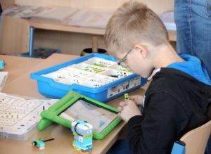 Aus Lego bauen die Kinder kleine Fahrzeuge, die sie später via IPad in Fahrt bringen. (Foto: © Bastian Glumm)