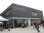 Am Samstag wurde an der Heidstraße die Fertigstellung des Neubaus der Grundschule Am Rosenkamp gefeiert. (Foto: © Bastian Glumm)