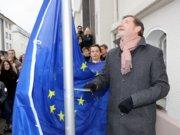 Das Gymnasium Schwertstraße wurde zur Europaschule ernannt. Oberbürgermeister Tim Kurzbach (re.) und Schulleiter Ulrich Nachtkamp (mi.) hissten jetzt gemeinsam am Haupteingang des Gymnasiums die europäische Flagge. (Foto: © Bastian Glumm)
