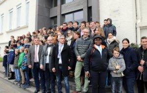Lehrer und Schüler vor dem Haupteingang des Gymnasiums Schwertstraße. Dieses wird komplett saniert werden. (Archivfoto: © Bastian Glumm)