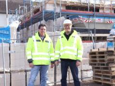 Nazem Zinelabedin (li.) und Drik Rüttgers von der RCK Projektbau GmbH & Co. KG bauen in Haan an der Alleestraße ein modernes Wohnhaus. (Foto: © Bastian Glumm)