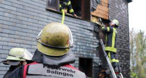 Zu einem Feuer in einem Mehrfamilienhaus in der Hofschaft Hästen rückte die Feuerwehr am späten Freitagnachmittag aus. (Foto: © Tim Oelbermann)