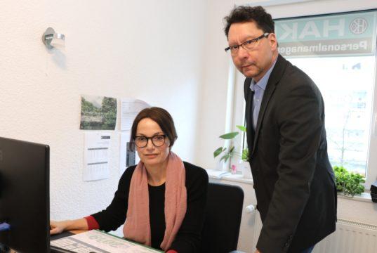 Bringen Stellensuchende und Arbeitgeber zusammen: Personal-Disponentin Stefanie Menning und Bernhard God, Geschäftsführer der Firma Hako Personalmanagement. (Foto: © Bastian Glumm)