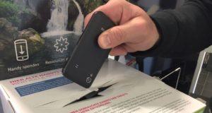 Alte Handys können ab sofort im Rathaus entsorgt werden, dort steht eine Sammelbox. (Foto: © Stadt Solingen)
