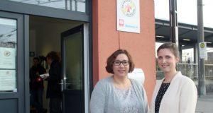 Melanie Müller-Spahn (li.) und Verena Zinn sind die beiden hauptamtlichen Mitarbeiterinnen in der Solinger Bahnhofsmission. Die beiden Frauen sorgen dafür, dass die Tür stets für alle Hilfesuchenden geöffnet ist. (Foto: © B. Glumm)