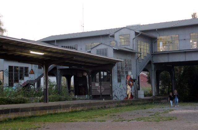 Die alte, geschlossene Fahrgastbrücke wurde Anfang des 20. Jahrhunderts als Stahlkonstruktion errichtet. Über sie gelangten Bahnreisende vom neuen Empfangsgebäude des ehemaligen Hauptbahnhofs zu den Gleisen. (Archivfoto: © Bastian Glumm)