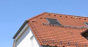 Die Sonne heizt gerade Dachräume oft auf über 35 Grad Celsius auf und macht das Wohnen zur Qual. Die Verbraucherzentrale bietet eine Hitzeschutzberatung an. (Foto: © Bastian Glumm)