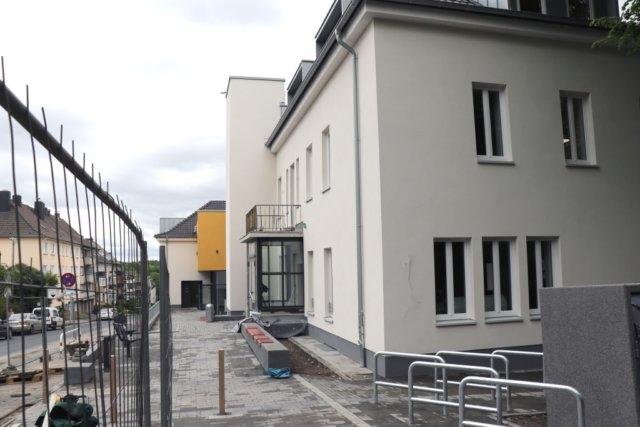 Rund 3,5 Millionen Euro wurden in das Haus der Jugend investiert. Derzeit finden noch Arbeiten auf den Außenflächen statt. (Foto: © Bastian Glumm)