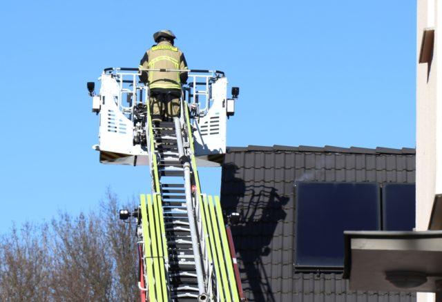 Die Feuerwehr kontrollierte mit einer Wärmebildkamera die Solaranlage und setzte dazu eine Drehleiter ein. (Foto: © Bastian Glumm)