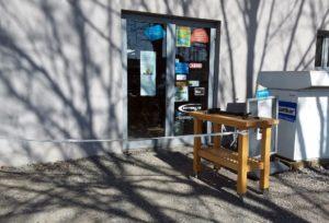 In der Werkstatt des Zweirad Centers wird gearbeitet, penibel werden die Hygienevorschriften eingehalten. Der Eingansgereich ist abgesperrt, die Tür abgeschlossen. Kunden müssen anrufen und dann an einem Tresen warten. (Foto: © Zweirad Legewie)