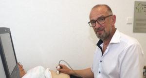 Heinrich Apfelstedt ist seit 19 Jahren als niedergelassener Chirurg in Solingen im Einsatz. Der 56-Jährige hat sich auf die Behandlung von Hernien, also Bauchwand-, Nabel- und Leistenbrüche, spezialisiert. (Foto: © Bastian Glumm)