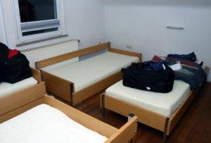 Eine Jugendherberge für Gamer: Im oberen Stockwerk befinden sich mehrere Schlafräume mit Betten und Matratzen. (Foto: © Bastian Glumm)