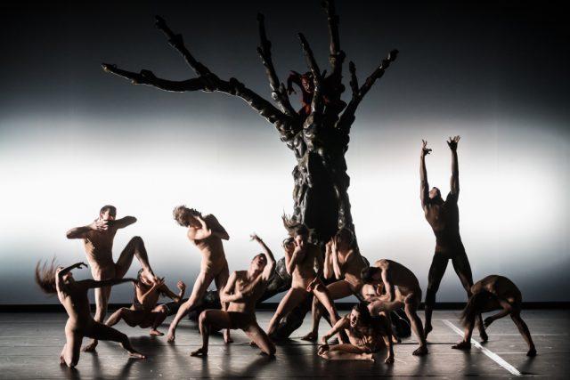 """Die Tanzproduktion""""Hieronymus B. – Tanz durch Hölle und Paradies"""" katapultiert Boschs malerischen Kosmos auf der großen Bühne ins Hier und Jetzt. (Foto: © Kalle Kuikkaniemi)"""