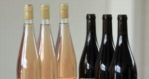 """Für jeweils zehn Euro kann der """"Hochwasser-Wein"""" am Samstag gekauft werden. (Foto: © Familie Lingen)"""