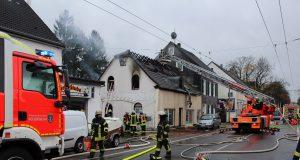 Am Freitagvormittag rückte die Feuerwehr zu einem Großeinsatz zur Neuenhofer Straße aus. Dort brannte der Dachstuhl eines Wohn- und Geschäftshauses. (Foto: © Das SolingenMagazin)