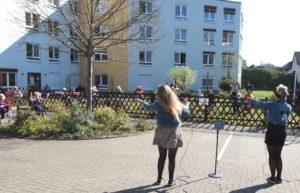 Mehr als 30 Bewohner des SenVital Seniorenzentrums in Ohligs an der Hackhauser Straße versammelten sich am Sonntag mit genügend Abstand im sonnigen Garten der Einrichtung, um ein ganz besonderes Konzert zu genießen. (Foto: © Verein Lebensherbst)