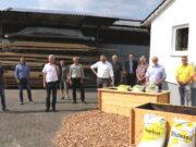 Das Solinger Holz soll künftig in der Klingenstadt bleiben und auch verwendet werden. In einem ersten Schritt sollen 100 Hochbeete für Solingens Kitas hergestellt werden. Das Holz stammt von abgestorbenen Fichten aus Solingens Stadtwäldern. (Foto: © Bastian Glumm)