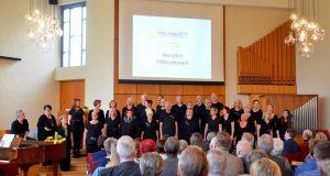 """Der Gospelchor unisono unter der Leitung von Elisabeth Szakács sorgte beim diesjährigen Hospiztag für die musikalische Gestaltung. Mit Stücken wie """"Adiemus"""" von Karl Jenkins und einer Pop-Version von Händels """"Hallelujah"""" bekamen sie Riesenapplaus. (Foto: © Martina Hörle)"""