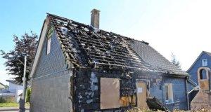 Aus bislang ungeklärter Ursache brannte es am Samstag in einem Fachwerkhaus an der Hossenhauser Straße. (Foto: © Das SolingenMagazin)