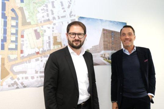 Die Investoren Karsten Monke (li.) und Marc K. Thiel haben die Hotel Solingen GmbH gegründet und wollen östlich des Hauptbahnhofes bauen. (Foto: © Bastian Glumm)