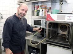 """""""Küchenuschi"""" Matthias Höhn hat den legendären Solinger Imbiss Kretzer neu eröffnet und will an die Tradition des Gastro-Betriebs an der Burgstraße anknüpfen. (Foto: © Bastian Glumm)"""