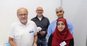 Begrüßten am Montag die ersten Impflinge in der neuen Impfstelle: v.li. Impfarzt Dr. Dagobert Januschke, Guido Krämer (Stadtdienst Gesundheit) mit Arzthelferin Aylin Diel und Emine Kaya. (Foto: © Bastian Glumm)