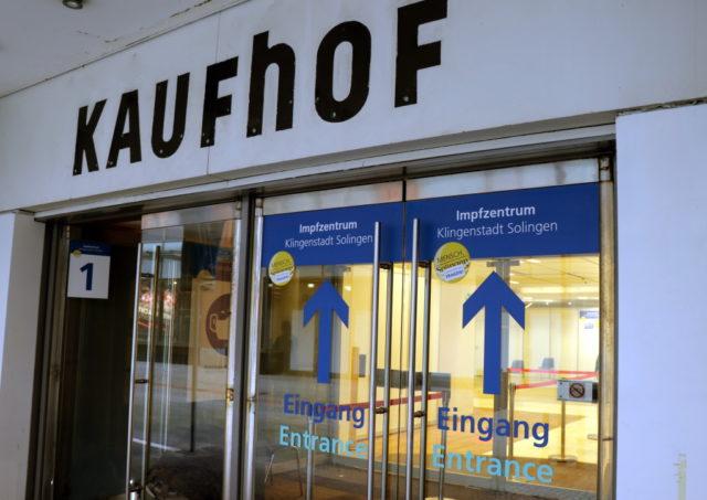 Das Solinger Impfzentrum wurde in den Räumen des ehemaligen Kaufhofs in der Innenstadt errichtet. (Foto: © Bastian Glumm)