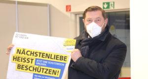 """Oberbürgermeister Tim Kurzbach präsentierte jetzt die Kampagne """"Nächstenliebe heisst beschützen"""". (Foto: © Bastian Glumm)"""