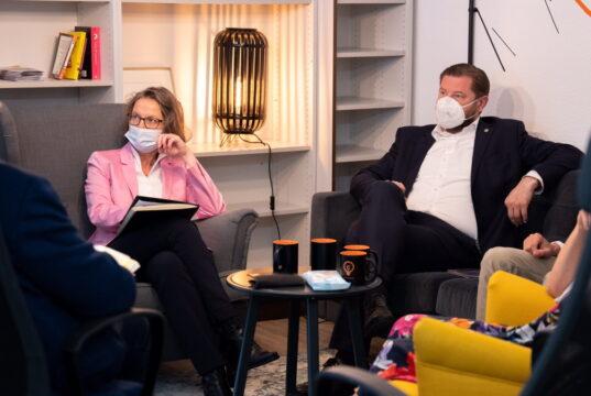 NRW-Ministerin Ina Scharrenbach (CDU) besuchte jetzt den Coworking-Space an der Linkgasse und überreichte Oberbürgermeister Tim Kurzbach einen Förderbescheid über 3,9 Millionen Euro. (Foto: © Daniel Rüsseler)