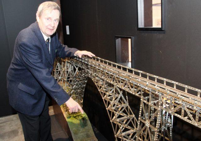 Bruno Görg aus Königswinter mit seinem Schmuckstück, das derzeit im Industriemuseum ausgestellt ist. Zwei Jahre arbeitete der Mathematiker an dem Modell der Müngstener Brücke. (Foto: © B. Glumm)