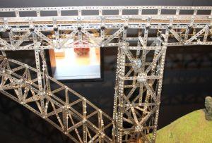 Insgesamt 3000 Einzelteile - Schrauben, Muttern, Lochbleche - hat Bruno Görg in seinem eindrucksvollen Modell der Müngstener Brücke verbaut. (Foto: © B. Glumm)