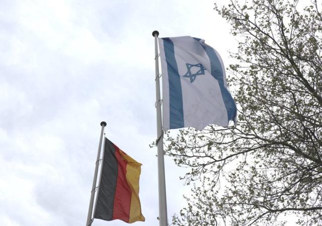 Am Mittwoch wurde vor dem Rathaus die israelische Landesfahne gehisst. Diese wurde in der Nacht zu Donnerstag von Unbekannten verbrannt. (Foto: © Bastian Glumm)