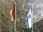 Die in der Nacht zu Donnerstag vor dem Rathaus von unbekannten Personen verbrannte Landesfahne Israels wurde am Freitag ersetzt. Auf einer Kundgebung gegen Antisemitismus versammelten sich rund 70 Personen. (Foto: © Bastian Glumm)