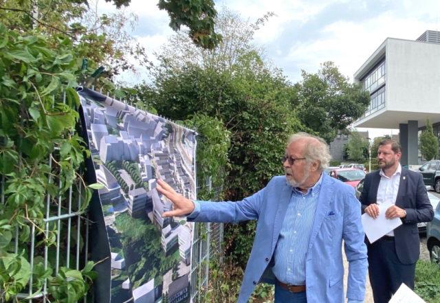Oberbürgermeister Tim Kurzbach (re.) lässt sich die Pläne der item Industrietechnik GmbH im Hansa-Quartier erläutern. (Foto: © Wirtschaftsförderung Solingen)