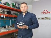Tim Buhl ist bei der Iventum GmbH für den Verkauf und die Beratung zuständig. Das Solinger Unternehmen ist spezialisiert auf die Fertigung von Profilen. (Foto: © Bastian Glumm)