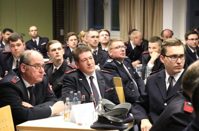 Der Saal der Feuer- und Rettungswache III war zur Jahreshauptversammlung der Freiwilligen feuerwehr am Donnerstagabend gut gefüllt. (Foto: © Bastian Glumm)