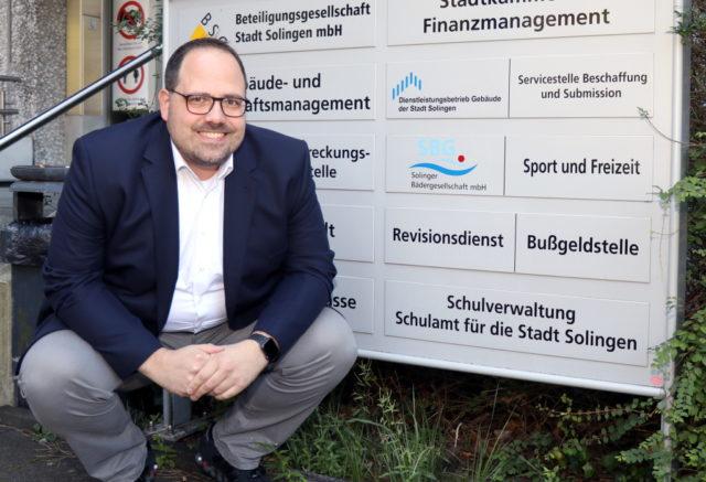 Jan Michael Lange (BfS) sieht in den Bereichen Schule und Jugend in Solingen dringenden Handlungsbedarf. Er wünscht sich beispielsweise die Schulverwaltung direkt ans Büro des Oberbürgermeisters angesiedelt. (Foto: © Bastian Glumm)