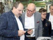 Johann Lafer (li.) besuchte am Montag den Gräfrather Messer- und Besteckhersteller Gehring und ließ sich von den Geschäftsführern Hartmut (2.v.li) und Volker Gehring (re.) alles über jene Messer erklären, die er selbst seit Jahren nutzt. (Foto: © Bastian Glumm)