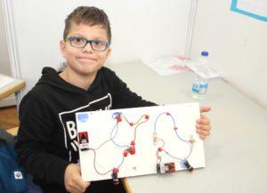 Delian Asllani von der Grundschule Gerberstraße war mit seinen zehn Jahren jüngster Teilnehmer des Wettbewerbs. Er entwickelte einen Stromkreis. (Foto: © Bastian Glumm)
