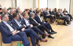 Rund 80 politische Vertreter der Städte Leverkusen, Remscheid, Solingen und Wuppertal sowie des Rheinisch-Bergischen, des Oberbergischen und des Kreises Mettmann trafen sich gestern im Haus Altenberg in Odenthal. (Foto: © Bastian Glumm)