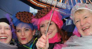 Rosenmontag ist traditionell der Höhepunkt des Straßenkarnevals. Die Verkehrsbetriebe leiten anlässlich des jecken Lindwurms in der City zahlreiche Buslinien um. (Archivfoto: © B. Glumm)