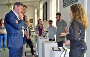 Vier Schülerinnen und 14 Schüler präsentierten am Mittwoch ihre Entwürfe. Die Jury um Oberbürgermeister Tim Kurzbach (li.) hatte die Quadl der Wahl. (Foto: © Stadt Solingen)