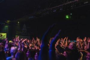 Ausgelassene Partystimmung herrschte am Freitagabend in der Cobra. Das Publikum erwies sich als außerordentlich textsicher. (Foto: © Janina Raeder)