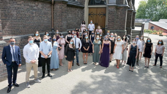 Am Freitagmittag nahmen 31 examinierte Gesundheits- und Krankenpfleger ihre Abschlussurkunde in der Pfarrkirche St. Joseph in Ohligs entgegen. (Foto: © Kplus Gruppe)