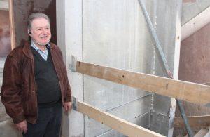 Am Aufzugsschacht im Rohbau: Bauleiter Hans Schneider betont die Breite der Aufzugstüren und die lichtdurchflutete Atmosphäre. (Foto: © B. Glumm)