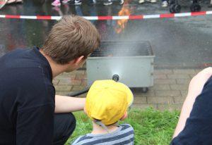 Unter fachkundiger Aufsicht wurde am Samstag im Südpark natürlich auch das eine oder andere kleine Feuer gelöscht. (Foto: © B. Glumm)