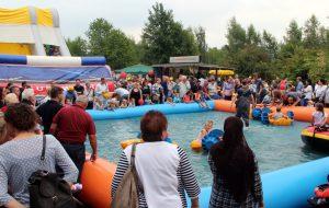 Ein echter Renner war auch in diesem Jahr wieder der Pool, wo die Kids in einem Feuerwehr-Schlauchboot und anderen Wasserfahrzeugen unterwegs waren. (Foto: © B. Glumm)