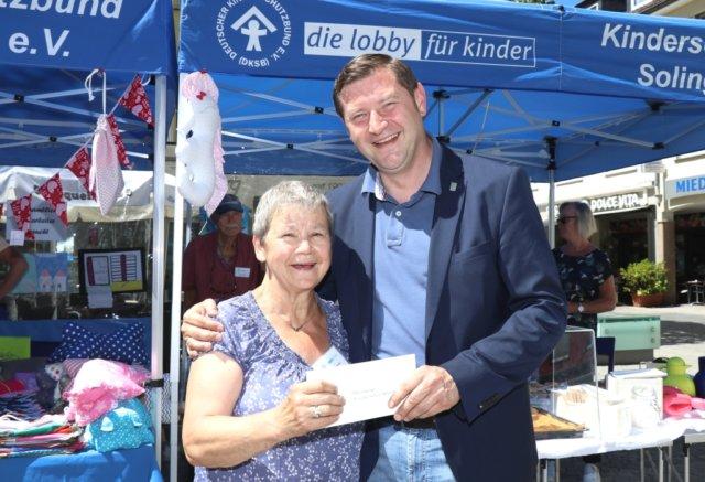 Ruth Karschewsky-Klingenberg ist seit 20 Jahren Vorsitzende des Kinderschutzbundes Solingen, der am Samstag auf dem Alten Markt sein 40-jähriges Bestehen feierte. Auch Oberbürgermeister Tim Kurzbach gratulierte. (Foto: © Bastian Glumm)
